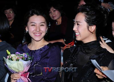 [T포토]박지현·이지애 아나운서, 패션쇼장에서 '웃음 꽃'
