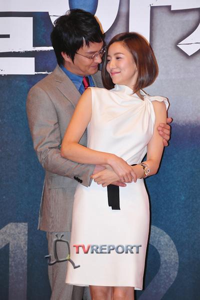 [T포토]윤세아, 조민기 품에 안겨