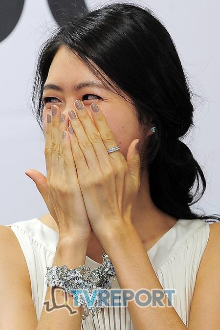 [T포토] 이요원 '작은 얼굴, 두 손안에 다 가려져요!'