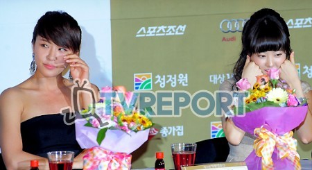 [T포토] 하지원-박보영 '얼굴 관리하는 여배우들'