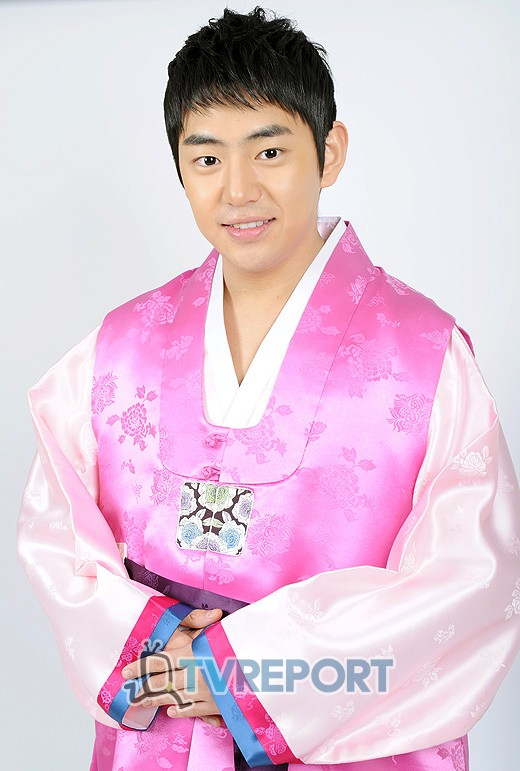 "[T포토] '신묘년' 안용준 ""한복 잘 어울리죠?"""