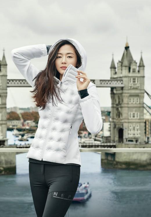 """""""런던도 반했다"""" 전지현, 출산 후에도 빛나는 미모 [화보]"""