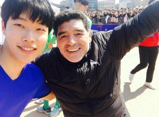 """류준열, 마라도나 앞 팬심 폭발 """"꿈같은 하루"""""""