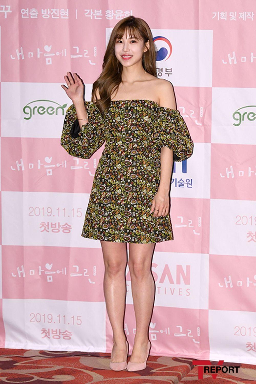 [T포토] 전효성 '설레는 손인사'
