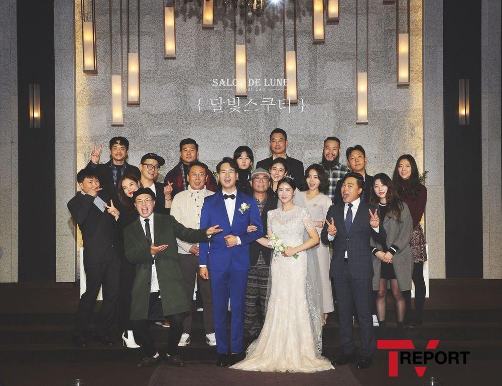 김건모♥장지연 부부, 장홍제 결혼식 참석...하객사진 촬영 '눈길'