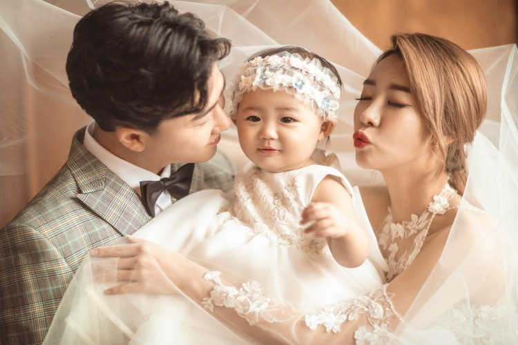 안소미, 딸 로아와 함께한 리마인드웨딩…인간 비타민 가족[화보]