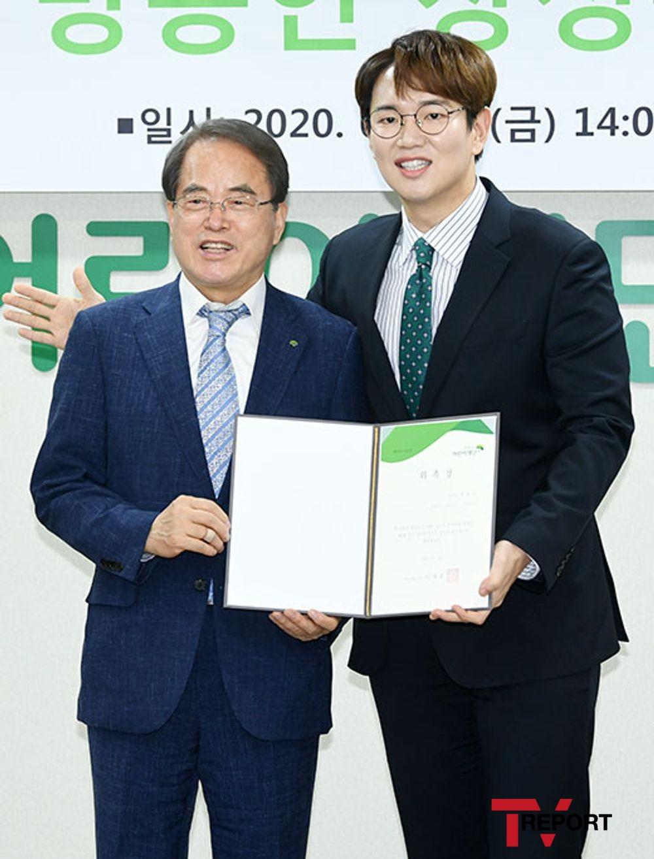 [T포토] 장성규 '회장님 향한 매너손'