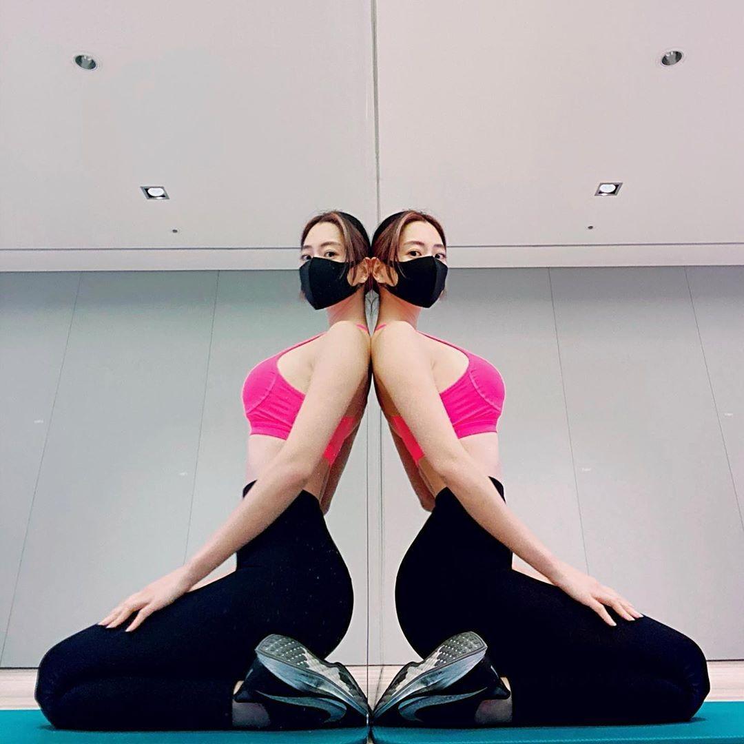 마스크 쓴 클라라, 건강한 몸매…'운동 자극 사진'