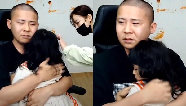 """""""아빠가 미안해..."""" 생방송 중 딸 연지 품에 안고 눈물 흘린 철구 (영상)"""