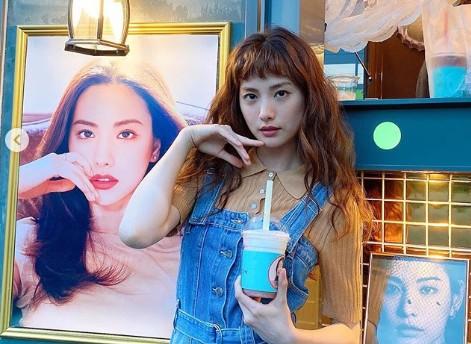 """나나, 세젤예 미모로 커피차 선물 인증 """"바비인형 아니에요?"""""""