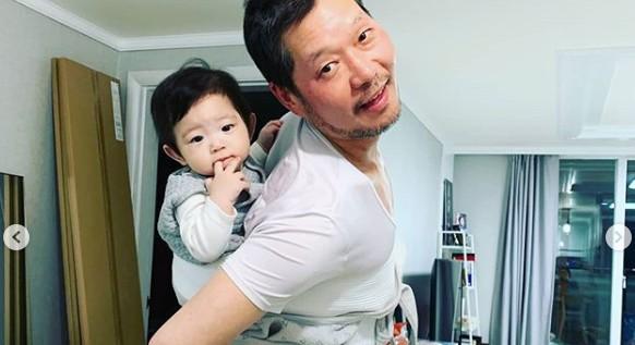 """""""아빠美 뿜뿜""""...유재명, 천사미소 아들 첫공개→어부바 행복 일상 [리포트:컷]"""