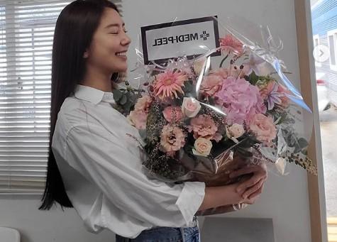 """손담비, 청바지+흰 셔츠 입고 청순미모 폭발 """"꽃보다 예뻐"""" [리포트:컷]"""