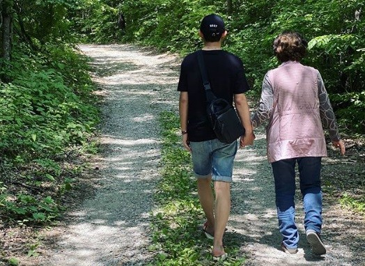 토니안, 母 손잡고 산책... 행복한 모자