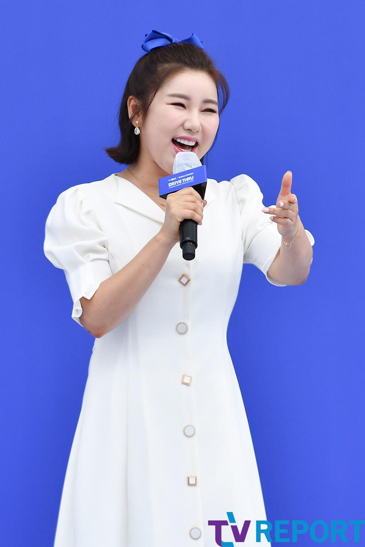 [T포토] 송가인 '어깨춤이 들썩'