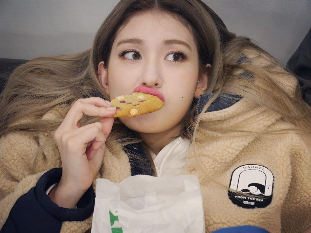 전소미, '말랑말랑' 쿠키 하나로 행복…소녀의 즐거움 [리포트:컷]