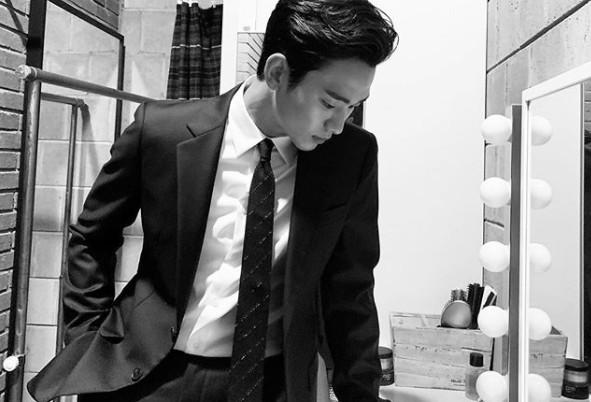"""김수현, 숨멎 유발하는 수트핏 장인 """"클라스 다른 치명美"""" [리포트:컷]"""