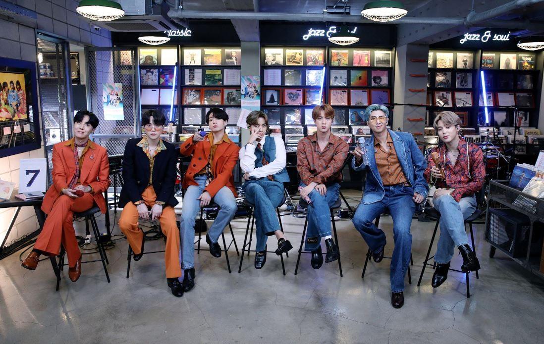 """""""라이브 밴드와 함께!""""…BTS, 美 공영 라디오도 '접수'"""