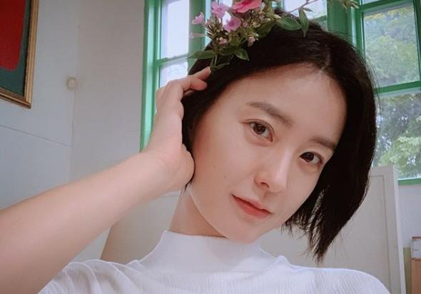 """정유미, 머리에 꽃 꽂고 여신미모 셀카 """"꽃보다 예쁘면 반칙"""" [리포트:컷]"""