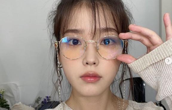 """아이유, 안경패션도 완벽소화하는 인형비주얼 """"미모는 열일중"""" [리포트:컷]"""