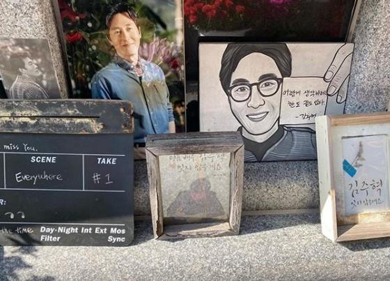 """""""그리운 구탱이 형"""" 데프콘, 故김주혁 3주기 앞두고 묘역 방문"""