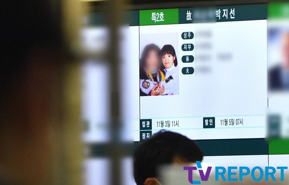 [T포토] 개그우먼 故 박지선 '모친 꼭 끌어안은 영정사진'