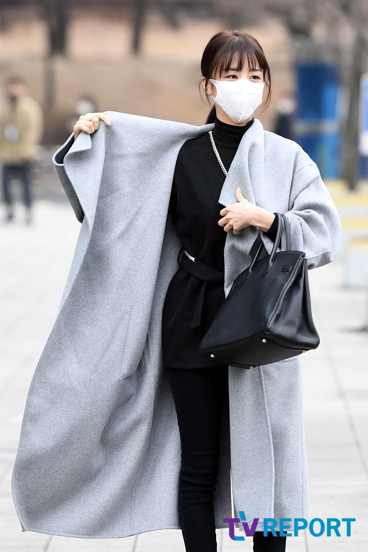 [T포토] 박하선 '코트를 펄럭'
