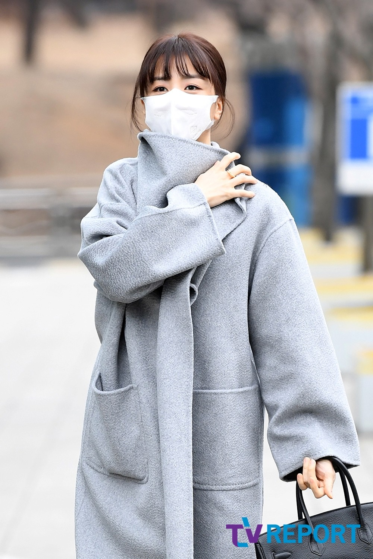 [T포토] 박하선 '싸매는 옷깃'