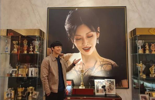 이상우, 아내 김소연 사진 앞에서 찰칵 '사랑꾼의 외조법' [리포트:컷]