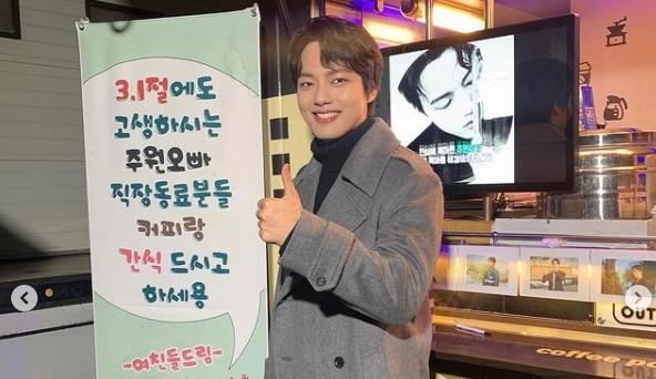 """여진구, 커피차 선물에 훈남美 인증샷 """"여친들 애정해!"""" [리포트:컷]"""