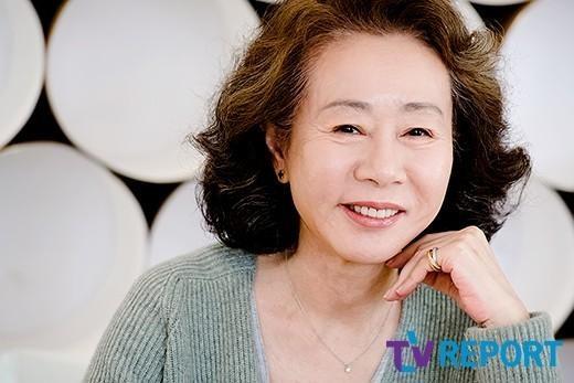 """'미나리'로 역사 쓴 윤여정 """"韓배우 환대, 감사"""" [아카데미 수상]"""