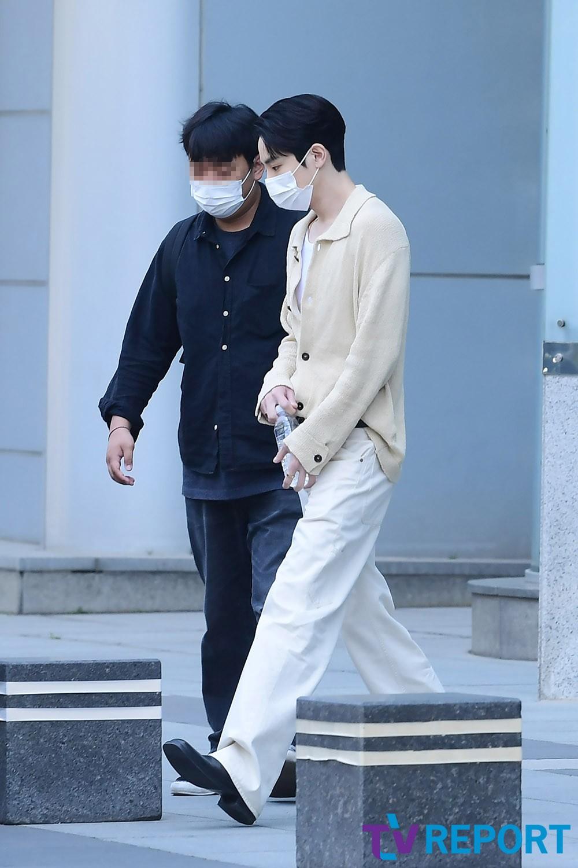 [T포토] 이수혁 '퇴근도 패션쇼처럼'
