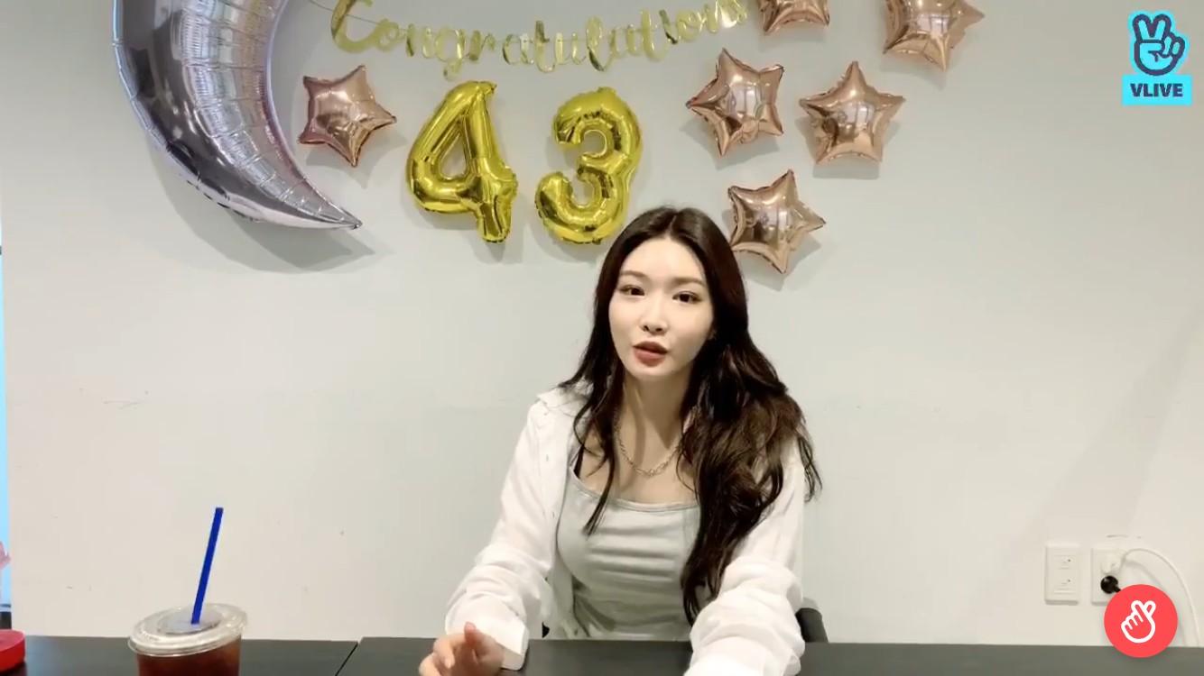 """'데뷔 4주년' 청하 """"연기? 기회 된다면 OK…자극적 캐릭터 해보고파"""" [V라이브]"""