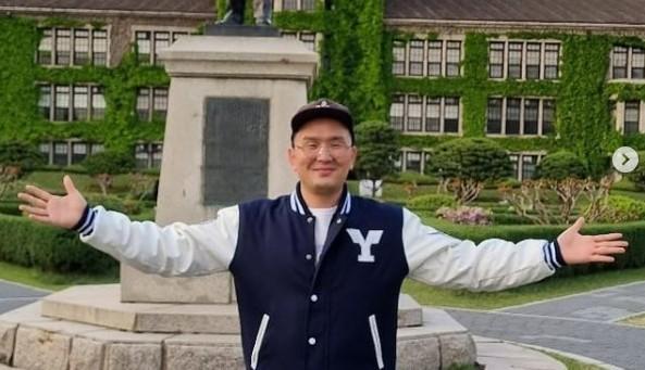 """윤형빈 깜짝 근황, 캠퍼스에서 행복미소 """"아빠 연대생이야!"""""""