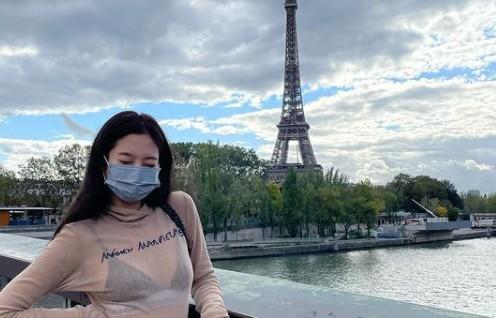 블랙핑크 제니, 에펠탑 등지고 과감한 시스루 [리포트:컷]