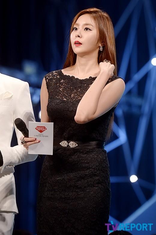 '2014 슈퍼모델 선발대회' MC 유이, 블랙드레스+레드립 섹시미 강조
