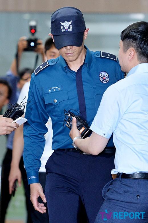 [T포토] 탑 '취재진 뚫고 미소 띈 얼굴'